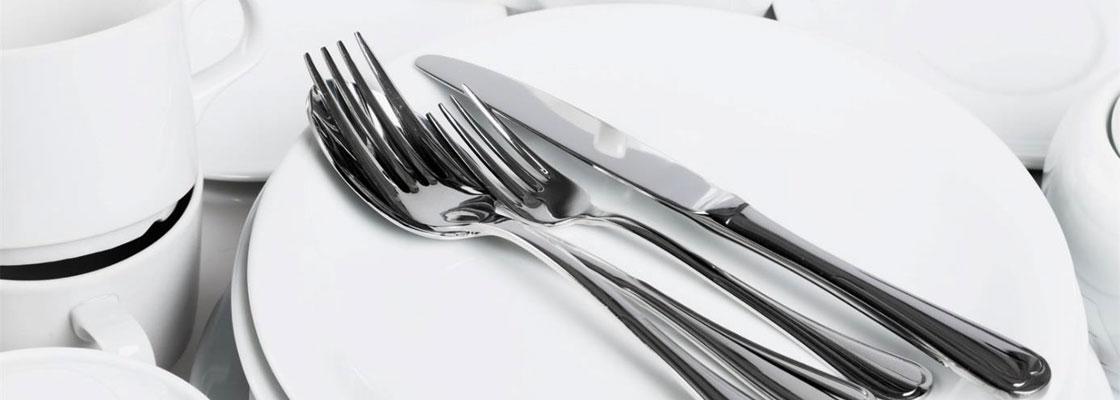 Meble ze stali nierdzewnej w zapleczu restauracji